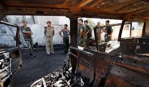 Soldados sirios investigan el lugar donde ocurrió una explosión de una bomba adherida a un camión cisterna de combustible frente a un hotel de Damasco sonds se alojan los observadores de las Naciones Unidas en Damasco la capital de Siria. el miércoles 15 de agosto del 2012. Varias personas resultaron heridas informó la televisión siria. (Foto AP/Muzaffar Salman)