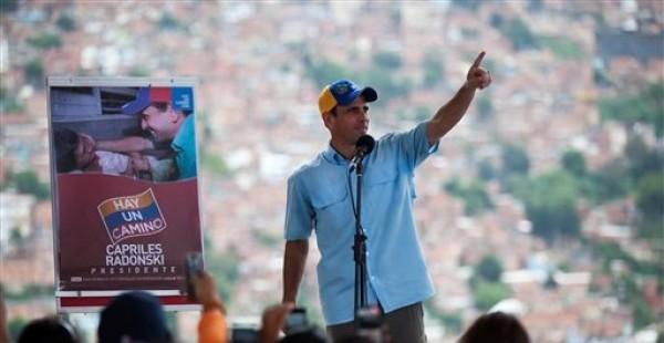 El candidato opositor a la presidencia de Venezuela Henrique Capriles habla ante simpatizantes en un acto de campaña en el barrio de Petare, en Caracas, el martes 24 de julio de 2012. Los comicios presidenciales están programados para el 7 de octubre. (Foto AP/Ariana Cubillos)