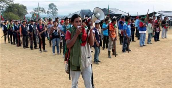Decenas de indígenas en el inicio de una reunión de varias comunidades indígenas en Piendamó, en el sur del estado colombiano de Cauca, el sábado 11 de agosto de 2012. Los indígenas han quedado atrapados en medio de un conflicto de varias décadas entre los rebeldes izquierdistas y las fuerzas gubernamentales, que ha puesto en peligro su patrimonio cultural, por lo que ahora luchan por alejar de sus tierras tanto a los rebeldes como a las tropas. (Foto AP/Juan B. Díaz)