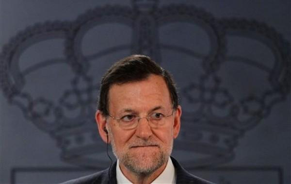 El presidente del gobierno español, Mariano Rajoy presta atención durante una conferencia de prensa conjunta con el primer ministro de Italia Mario Monti, que no aparece en la foto, en el Palacio de la Moncloa, en Madrid, la capital de España, el jueves 2 de agosto del 2012. El costo de la deuda de España volvió a subir el viernes mientras los inversionistas continuaban expresando su contrariedad por el anuncio del Banco Centro Europeo de que sólo ayudaría al país si solicitaba un rescate financiero. (Foto AP/Andres Kudacki)