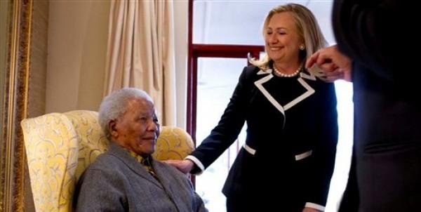 La secretaria de Estado norteamericana Hillary Rodham Clinton y el ex presidente sudafricano Nelson Mandela, de 94 años, en su casa de Qunu, Sudáfrica, el lunes 6 de agosto del 2012. (Foto AP/Jacquelyn Martin)