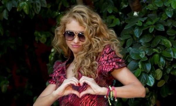La estrella pop Mexicana Paulina Rubio en una sesión de fotos en la Ciudad de México. El juicio contra Rubio por presunto incumplimiento de contrato por un concierto que no dio en Colombia se pospuso hasta noviembre de 2012. (Foto AP/Eduardo Verdugo, archivo)