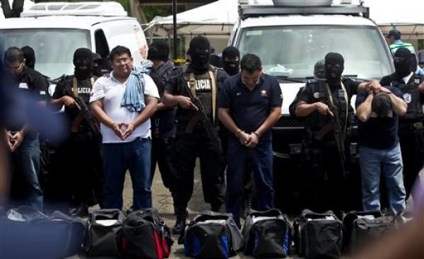 Los 18 extranjeros detenidos que se hacían pasar como periodistas de la televisora mexicana Televisa pretendían trasladar a Costa Rica al menos siete millones de dólares en vehículos equipados como  unidades móviles del medio de comunicación. Managua, viernes 24 de agosto de 2012.La policía informóp que los detenidoxs pretendían cubrir como periodistas el juicio al supuesto narcotraficante Henry Fariñas, que era erl objetivo del ataque en que murió el cantautor argentino  en julio de 2011. (AP foto/Esteban Felix)
