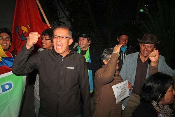 PROTESTAS A LAS AFUERAS DE LA EMBAJADA DE INGLATERRA