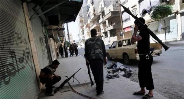 En esta foto del 1 de agosto del 2012, combatientes del Ejército Libre Sirio son vistos durante combates con fuerzas del gobierno en el distrito sudoccidental de Salah al-Din en Alepo, Siria.  (Foto AP/Alberto Prieto)