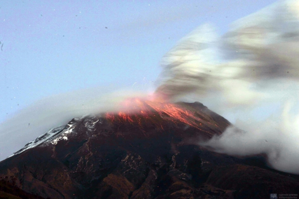 AMBATO-BAÑOS, 20 DE AGOSTO DE 2012, Se reactiva el Volcán Tungurahua, las explosiones del Tungurahua se mantienen desde el viernes pasado. Los técnicos del Observatorio del Volcán Tungurahua (OVT), en Guadalupe Patate, indicaron que los bramidos son audibles en Ambato y Riobamba. APIFOTO/CARLOSCAMPAÑA