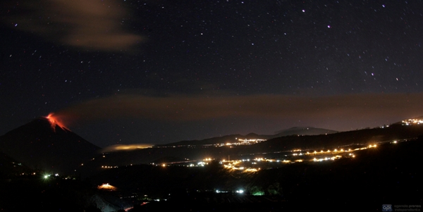 SUCRE-PATATE, 20 de agosto de 2012. Fotos del volcán Tungurahua que presenta una fuerte reactivación, que llevado a las autoridades a decretar la alerta naranja en cuatro provincias. La tarde de ayer, el coloso emitió una columna de gases que alcanzó casi un kilómetro y medio de altura. Foto API