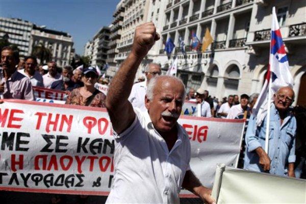Un jubilado canta consignas durante una huelga general en Atenas el miércoles 26 de septiembre de 2012. (Foto AP/Petros Giannakouris)