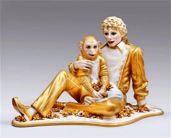 """La escultura de porcelana  """"Michael Jackson and Bubbles""""  de Jeff Koons de la exposición """"Regarding Warhol: Sixty Artists, Fifty Years"""" en una fotografía proporcionada por el Museo Metropolitano de Arte. La exposición comienza el martes 18 de septiembre de 2012  y seguirá hasta el 31 de diciembre. (Foto AP/Metropolitan Museum of Art)"""