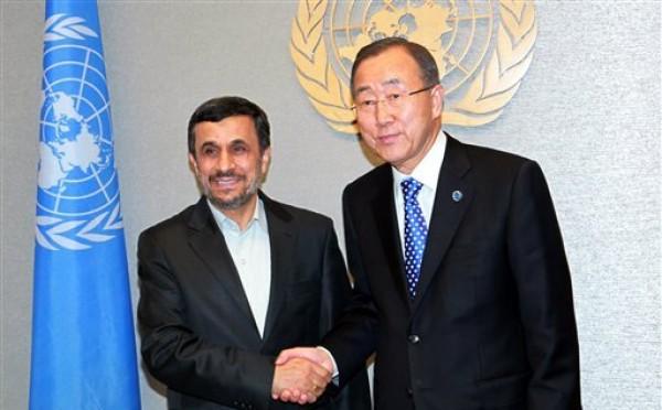 El secretario general de la ONU Ban Ki-moon y el presidente iraní Mahmud Ahmadinejad se estrechan la mano en la sede de Naciones Unidas previo al inicio de 67ta sesión de la Asamblea General, el domingo 23 de septiembre de 2012. (Foto AP/David Karp)
