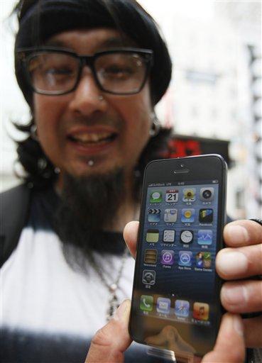 Hideyuki Togashi presume su iPhone 5 que compró en una tienda en Tokio