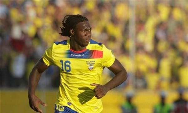 El jugador de Ecuador, Felipe Caicedo, festeja un gol contra Bolivia por las eliminatorias mundialistas el viernes, 7 de septiembre de 2012, en Quito. (AP Photo/Dolores Ochoa).