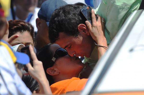 capriles beso