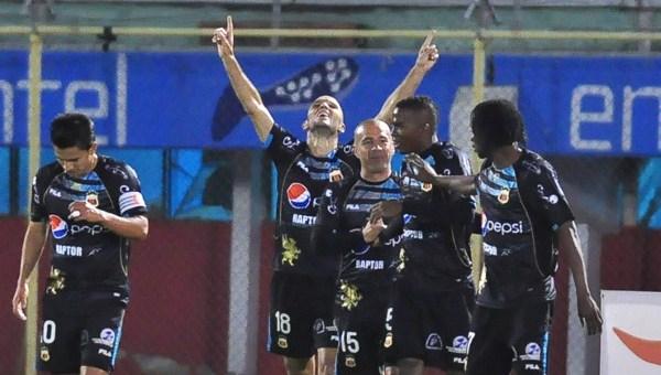 COCHAMBA-18-09-12- Aurora se quedó en medio camino en la Copa Sudamericana porque no pudo contra Deportivo Quito que volvió a imponerse la noche de este martes en Cochabamba por la cuenta de 3-1 y a paso firme abre las puertas para disputar la fase de los