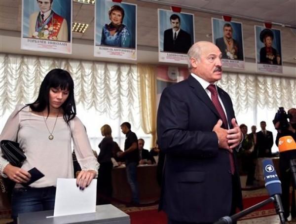 El presidente de Bielorrusia Alexander Lukashenko habla a la prensa en un puesto electoral, después de votar en las elecciones parlamentarias en Minsk, Bielorrusia, el domingo 23 de septiembre de 2012. Ningún político de oposición ganó un escaño en el parlamento en unos comicios cuestionados por observadores internacionales que podrían profundizar el aislamiento de la ex república soviética. (AP foto/Sergei Grits)