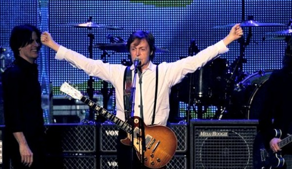 Paul McCartney canta en la cala a la Persona del Año en su honor el 10 de febrero del 2012 en Los Angeles.  (AP Foto/Chris Pizzello, Archivo)