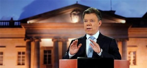 El presidente colombiano Juan Manuel Santos pronuncia un discurso en el palacio presidencial de Bogotá, Colombia, el lunes 27 de agosto de 2012, el cual fue televisado a toda la nación. Santos dijo que su gobierno inició conversaciones de paz con las Fuerzas Armadas Revolucionarias de Colombia. El presidente ecuatoriano Rafael Correa consideró el sábado 1 de septiembre que el anuncio de dichos diálogos es una de las mejores noticias de las últimas décadas en América, al tiempo que exhortó a las FARC a que depongan las armas porque su lucha perdió su razón de ser y no tiene una salida razonable.  (Foto AP/Fernando Vergara)