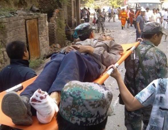 En esta fotografía suministrada por la agencia de noticias Xinhua, los socorristas ayudan a una persona herida por un sismo en la ciudad china de Luozehe el viernes 7 de septiembre de 2012. Varios temblores pegaron en el suroeste de China, donde causaron la muerte de decenas de personas, dejaron decenas de miles de damnificados y dañaron o destruyeron miles de casas. (Foto AP/Xinhua, Zhou Hongpeng)
