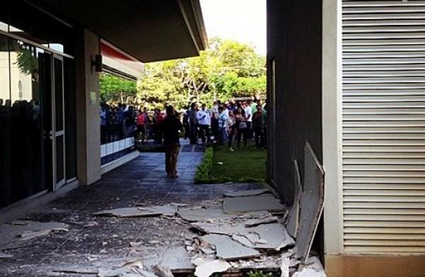 Esta foto publicada en una cuenta Instagram pertenecienter a una persona identificada como José Pablo Pineda, un testigo de la escena, muestra el daño en un edificio de la capital costarricense después de un fierte temblor de magnitud 7,6 con epicentro en la costa del Pacífico. Miércoles 05 de septiembre de 2012.  (AP foto/Jose Pablo Pineda via Instagram)
