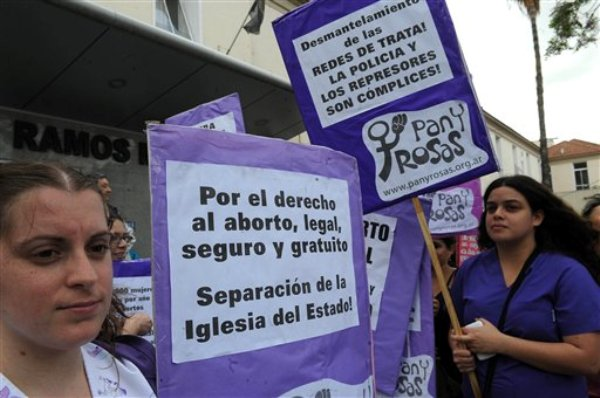En esta foto del 9 de octubre de 2012, In this photo taken Tuesday, activistas a favor del derecho al aborto manifiestan frente a un hospital público de Buenos Aires, donde una jueza impidió que se le realizara un aborto a una mujer rescatada de una banda de trata de personas. La Corte Suprema falló el viernes 12 de octubre de 2012 que se debe permitir a la mujer de 32 años interrumpir el embarazo. El aborto está permitido en la Argentina en casos de violación o para proteger la salud de la mujer. (AP Foto/ Raúl Ferrari, Telam)
