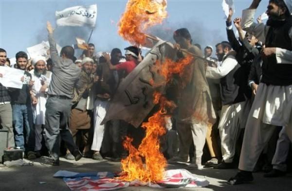 Afganos queman la bandera estadounidense en Herat, al oeste de Kabul, el domingo 16 de septiembre de 2012, durante una protesta contra un video hecho en California y difundido en internet que denigra al profeta Mahoma. (Foto AP/Hoshang Hashimi)