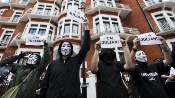 Seguidores y activistas de Julian Assange afuera de la Embajada Ecuatoriana en Londres en una protesta a favor de los Derechos Humanos