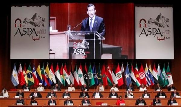 El presidente peruano Ollanta Humala, en la pantalla gigante, se dirige a la Cumbre Sudamérica-Países Arabes en Lima, martes 2 de octubre de 2012.  (AP Foto/Martin Mejia)