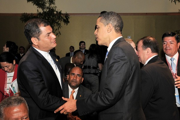 Foto de archivo de octubre de 2012 del saludo entre Rafael Correa y Barack Obama.