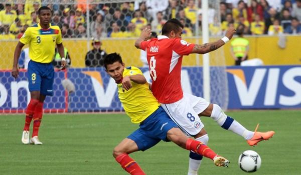 El jugador Renato Ibarra de Ecuador disputa el Balon con el jugador Gonzalo Jara de Chile. APIFOTO/DANIEL MOLINEROS