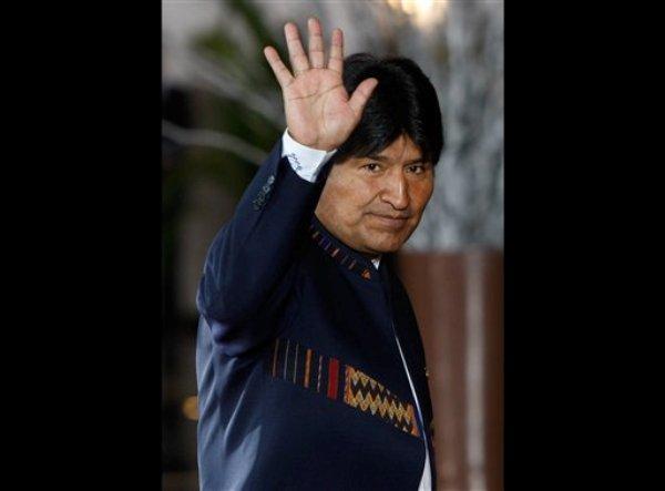 En esta foto del jueves 2 de octubre de 2012, el presidente de Bolivia Evo Morales saluda a los fotógrafos a su llegada a una cumbre de gobernantes de paises sudamericanos y árabes en Lima, Perú. Morales  Morales aseguró el viernes 12 de octubre de 2012 que bajo su gobierno los bolivianos comenzaron a descolonizarse de Estados Unidos, ya que antes de su llegada al poder los mandatarios tenían que consultar con el embajador estadounidense para nombrar ministros y jefes militares y policiales.  (AP Photo/Karel Navarro, File)
