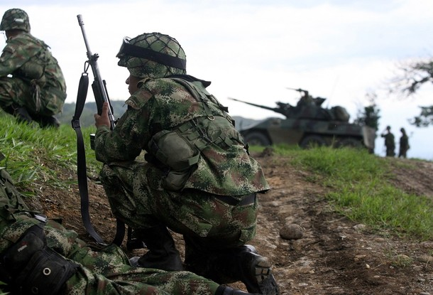 Colombian soldiers take their positions against FARC rebels in a rural zone in Corinto