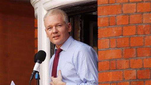ARCHIVO - En imagen del domingo 19 de agosto de 2012, el fundador de la página de internet WikiLeaks, Julian Assange, lee un comunicado ante los medios y simpatizantes desde un balcón de la embajada de Ecuador en Londres. El lunes 8 de octubre, un juez británico ordenó a simpatizantes de Assange pagar miles de libras que prometieron de fianza debido a que el fundador de WikiLeaks violó las condiciones para su liberación. (Foto AP/Sang Tan, archivo)