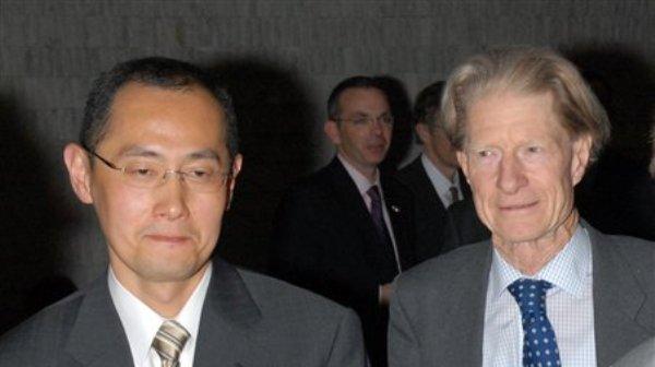 En imagen de abril de 2008, el profesor japonés Shinya Yamanaka de la Universidad de Kioto, izquierda, y el investigador británico John Gurdon acuden a un simposio en Tokio. Gurdon y Yamanaka ganaron el lunes 8 de octubre de 2012 el Premio Nobel de Medicina de este año por descubrir que las células madre pueden ser reprogramadas para convertirse en cualquier tipo de célula. (Foto AP/Kyodo News)