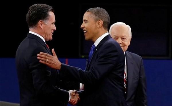 El candidato republicano a la presidencia Mitt Romney y el presidente Barack Obama se saludan delante del moderador Bob Schieffer previo al tercer debate presidencial, en la Universidad Lynn, el lunes 22 de octubre de 2012, en Boca Raton, Florida. (Foto AP/Charlie Neibergall)