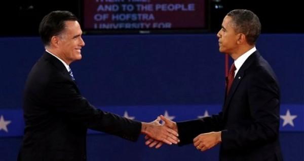 El candidato republicano a la presidencia estadounidense Mitt Romney, izquierda, y el presidente Barack Obama se dan la mano al final del segundo debate presidencial en la Universidad Hofstra, el martes 16 de octubre de 2012, en Hempstead, Nueva York. (Foto AP/Charlie Neibergall)