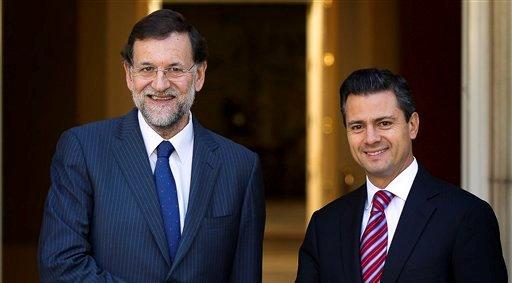 El jefe del gobierno español Mariano Rajoy, a la izquierda, estrecha la mano del mandatario electo de México Enrique Peña Nieto antes de una reunión en el Palacio de la Moncloa en Madrid el lunes 15 de octubre de 2012.  (AP foto/Daniel Ochoa de Olza)