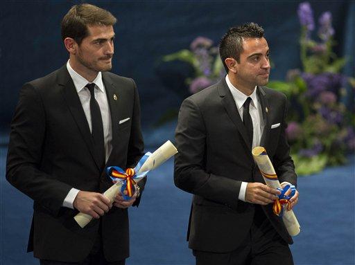 Los futbolistas españoles ganadores del premio Príncipe de Asturias de los Deportes Iker Casillas, izquierda, y Xavi Hernández con sus reconocimientos en la ceremonia de premiación en Oviedo, España, el viernes 26 de octubre de 2012. (Foto AP/Juan Manuel Serrano Arce).