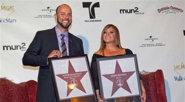 En esta foto del 1 de julio del 2011, la cantante Jenni Rivera y su esposo, el ex beisbolista Esteban Loaiza, posan para una foto durante una ceremonia en la que fueron incorporados al Salón de las Estrellas de Las Vegas. La pareja, que se casó el 8 de septiembre del 2010, presentó una solicitud de divorcio el lunes 1 de octubre del 2012, anunció Rivera el miércoles. (AP Foto/Julie Jacobson, Archivo)