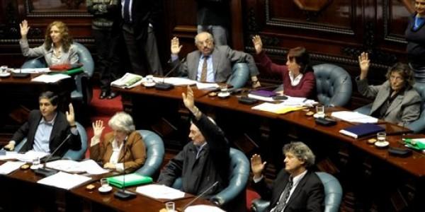 Senadores uruguayos del oficialista Frente Amplio votan a favor de una ley que despenaliza el aborto en Montevideo, Uruguay,el miércoles 17 de octubre de 2012.  (AP foto/Matilde Campodonico)