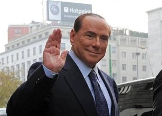 El ex primer ministro italiano Silvio Berlusconi a su llegada a los tribunales en Milán el viernes, 19 de octubre del 2012, donde negó haber tenido relaciones sexuales con una menor marroquí. (Foto AP/Gian Mattia D'Alberto, Lapresse)