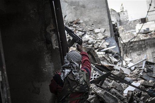 En esta foto del 25 de octubre del 2012, un rebelde sirio dispara contra posiciones enemigas en el vecindario de Karmal Jabl en Alepo (AP foto/Narciso Contreras)