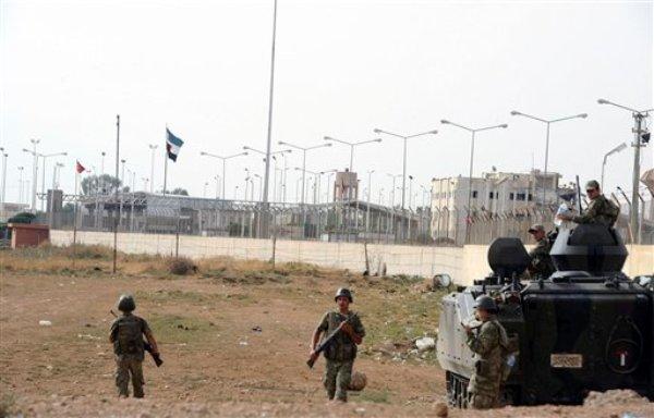 Estación militar turca en la frontera con Siria, en el pueblo fronterizo de Tel Abyad, el domingo 7 de octubre de 2012.  (Foto AP)