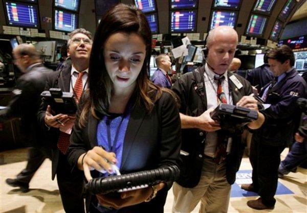 Lucia Cuttone y otros operadores trabajan en el piso de la Bolsa de Valores de Nueva York el martes 9 de octubre de 2012. (Foto AP/Richard Drew)