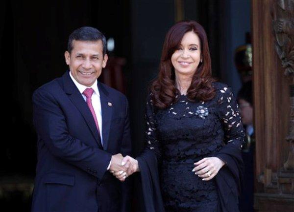 La presidenta argentina Cristina Fernández y el mandatario peruano Ollanta Humala posan para los fotógrafos afuera del palacio de gobierno en Buenos Aires, Argentina, el martes 27 de noviembre de 2012. (Foto AP/Eduardo Di Baia)