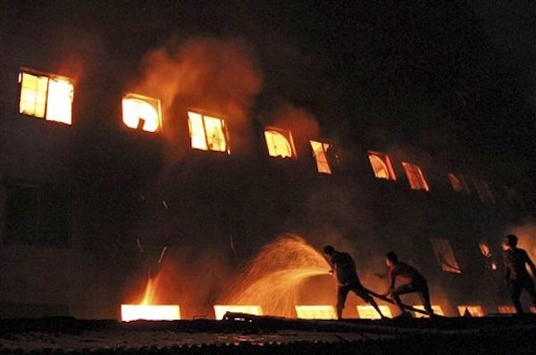 Bomberos y ciudadanos combaten el incendio en una fábrica de ropa en el vecindario de Savar en Daca, Bangladesh, el s·bado 24 de noviembre de 2012. (Foto AP/Polash Khan)