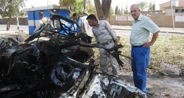 Miembros de las fuerzas de seguridad inspeccionan el lugar donde hizo explosión un coche bomba en Kirkuk, 290 kilómetros (180 millas) al norte de Bagdad, la capital de Irak el jueves 16 de agosto del 2012. Por lo menos 22 personas murieron y decenas fueron heridas en explosiones provocadas por insurgentes en la madrugada del jueves en el centro y el norte de Irak, en la más reciente ola de ataques, dijo la policía. (Foto AP/Emad Matti)
