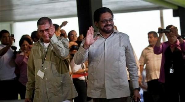 Ivan Márquez, a la derecha, y Ricardo Tellez, miembros del equipo negociador de las Fuerzas Armadas Revolucionarias de Colombia (FARC), saludan al arribar a las conversaciones de paz en La Habana, Cuba, el lunes 19 de noviembre de 2012.(AP foto/Ramon Espinosa)