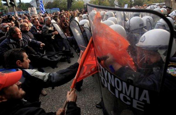 Varios manifestantes se enfrentan con la policía antes de una conferencia entre alcaldes griegos y alemanes en la ciudad portuaria norteña de Tesalónica el jueves, 15 de noviembre del 2012. (Foto AP/Nikolas Giakoumidis)