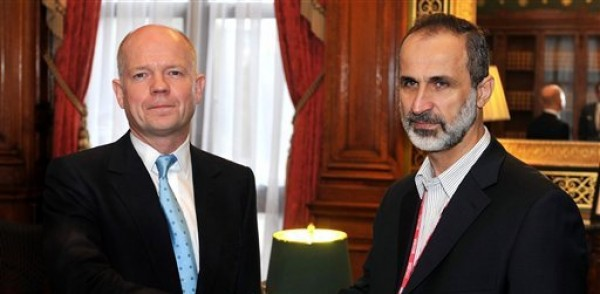 El secretario británico de Relaciones Exteriores William Hague saluda al líder de la nueva Coalición Nacional Siria de las Fuerzas Opositoras y Revolucionarias Mouaz al-Khatib antes de analizar la guerra civil en Siria en Whitehall el viernes 16 de noviembre del 2012. (Foto AP/ John Stillwell)