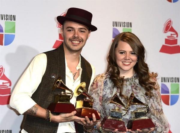 Jesse & Joy con sus premios durante los Latin Grammy del 2013
